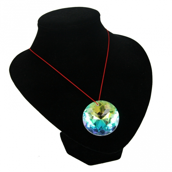 Kristallen diamant ketting. een mooie transparante nep diamant van ongeveer 4,5 cm doorsnee aan een rode ...
