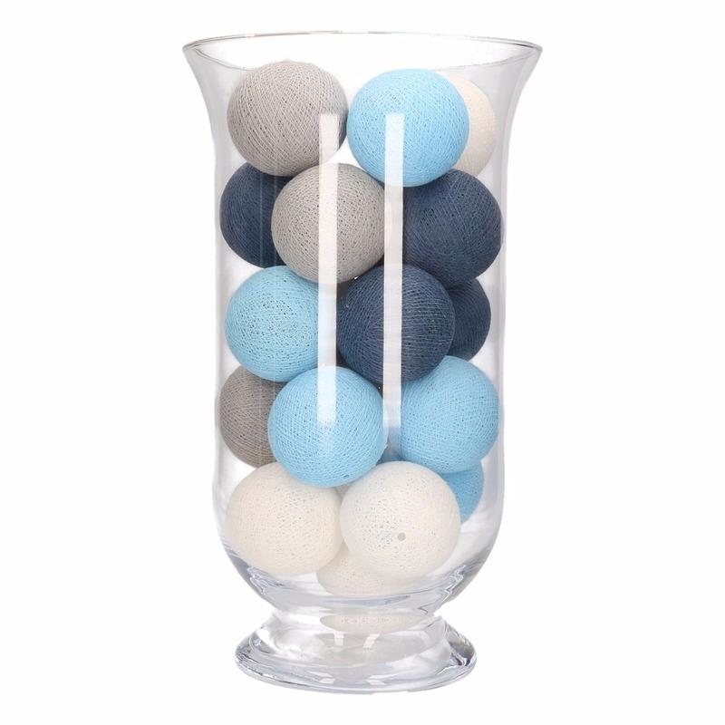 Vensterbank decoratie blauw-grijs-witte lichtslinger in vaas