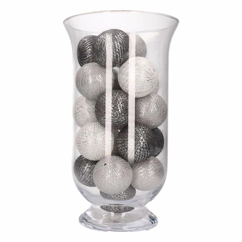 Vensterbank decoratie grijs-witte lichtslinger in vaas